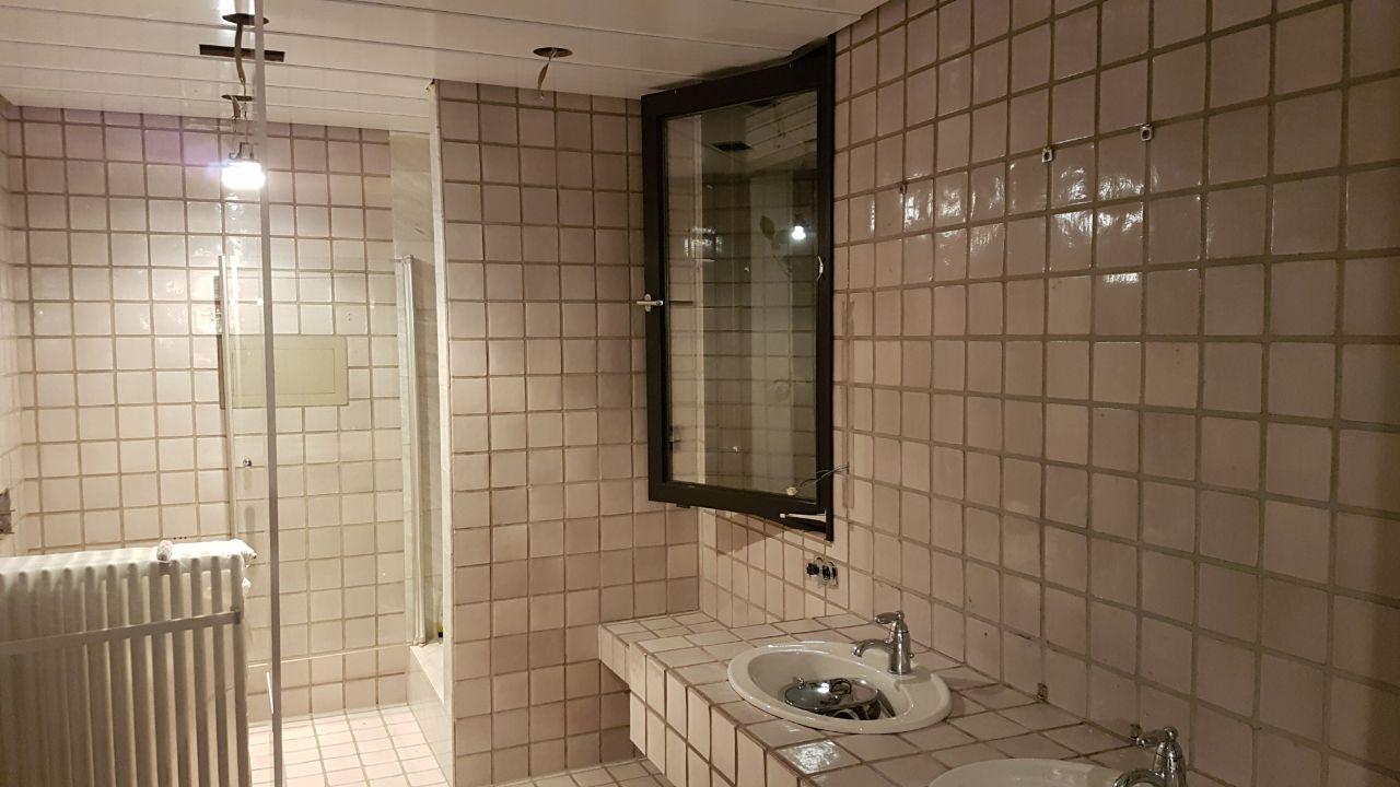 Fugenloses badezimmer mit einer fototapete farbwechsel - Fototapete badezimmer ...